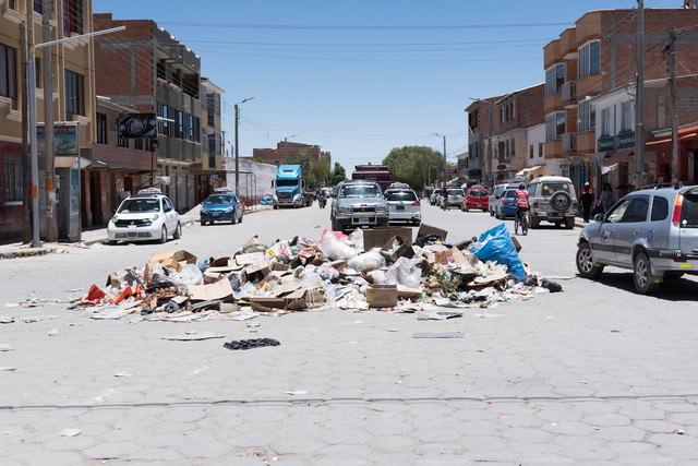 ウユニ市内に散乱するゴミ問題の写真