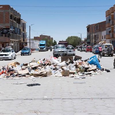 「ウユニ市内に散乱するゴミ問題」の写真素材