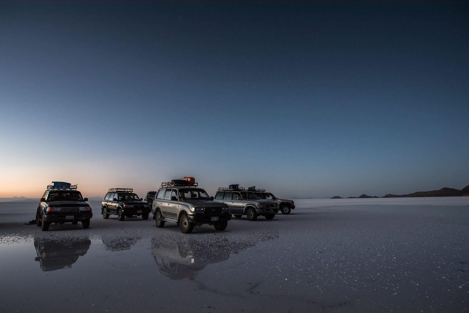 「ウユニ塩湖で観光客が使う車」の写真