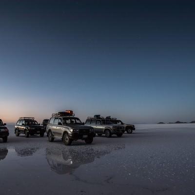 「ウユニ塩湖で観光客が使う車」の写真素材