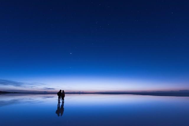 日の出直前のウユニ塩湖の写真