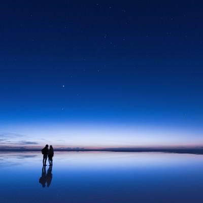 「日の出直前のウユニ塩湖」の写真素材