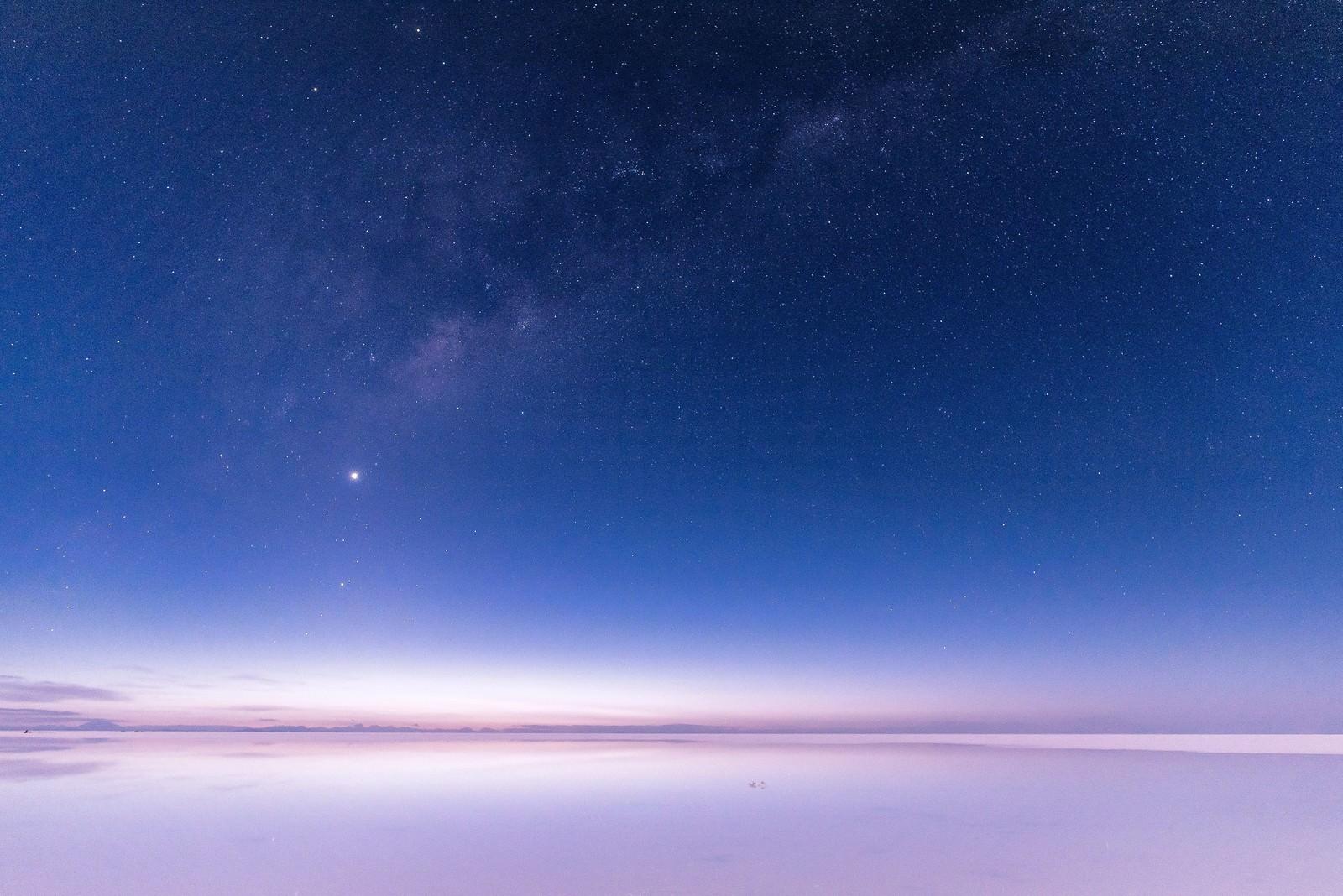 ウユニ塩湖の星空の写真 画像 フリー素材 ぱくたそ