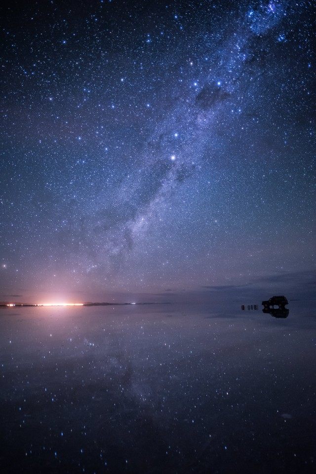 星空が反射するウユニ塩湖の雨季の写真