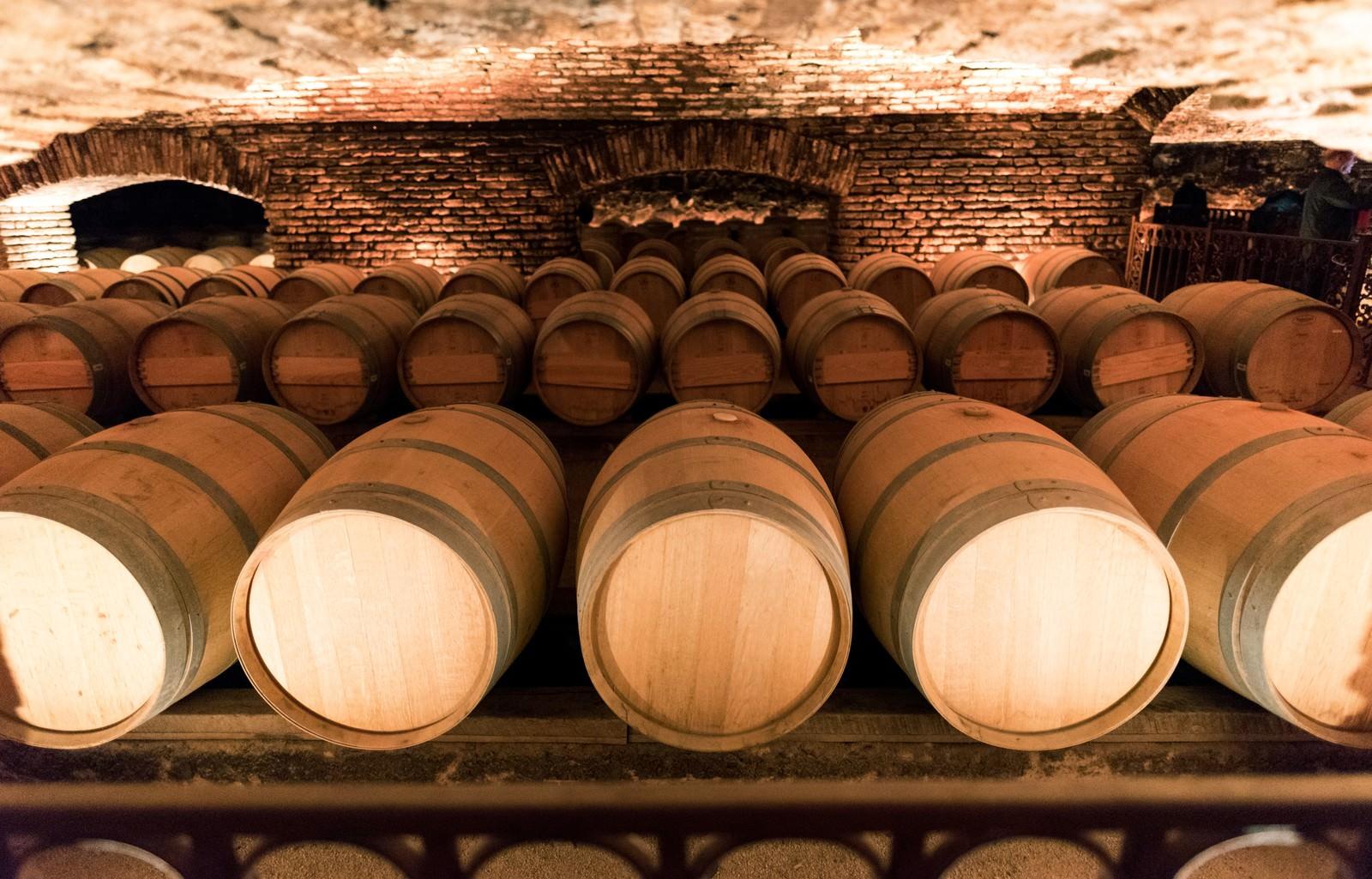 「ワイナリーのワイン貯蔵庫」の写真