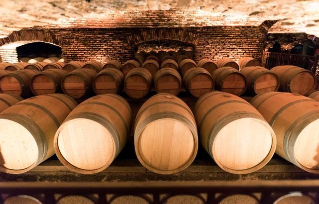 ワイナリーのワイン貯蔵庫の写真
