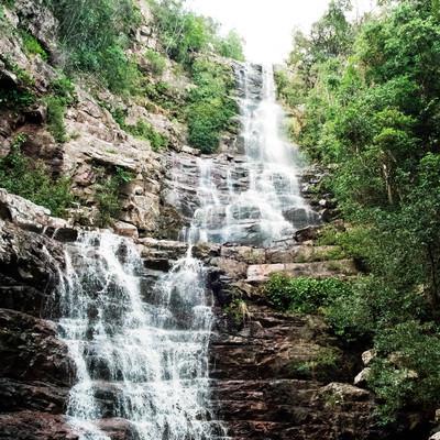 段に分かれ落ちる滝の写真