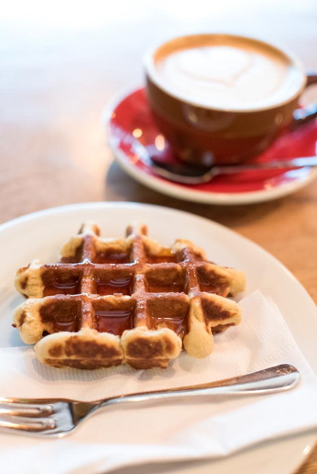 カフェで頼んだワッフルとコーヒーセットの写真