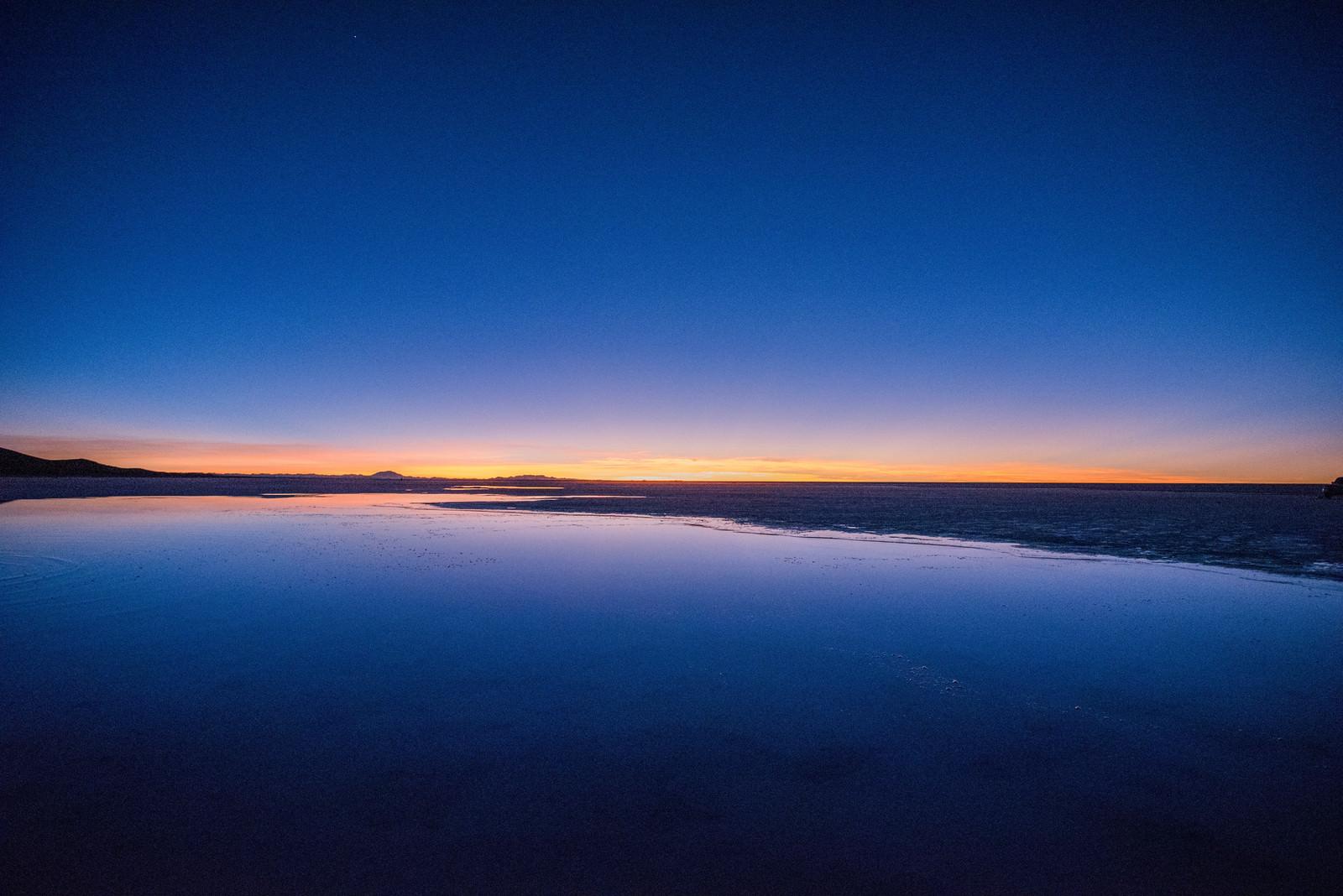 「天空の鏡の夜明け(ウユニ塩湖)」の写真
