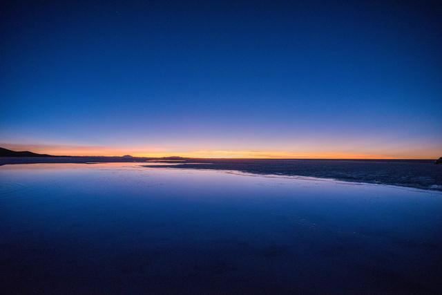天空の鏡の夜明け(ウユニ塩湖)の写真