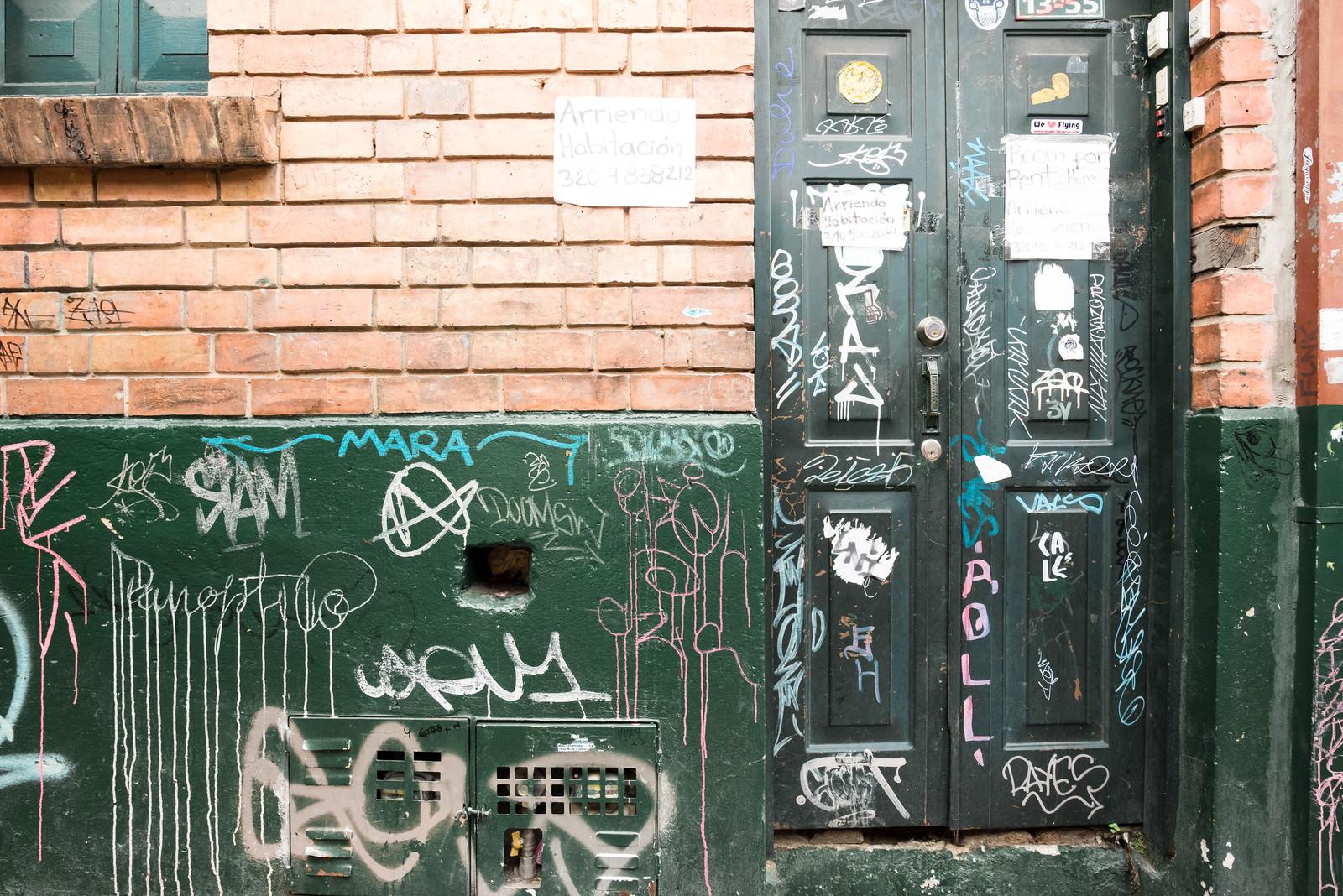 「落書きされた民家の扉と壁(コロンビア)」の写真