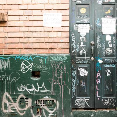落書きされた民家の扉と壁(コロンビア)の写真