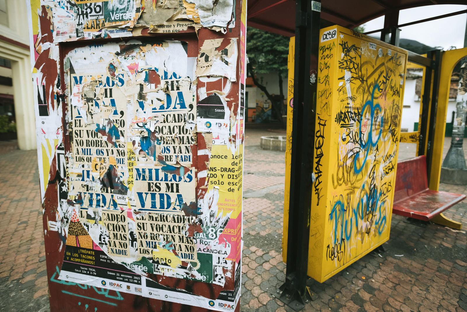 「落書が酷いバス停(コロンビア) | 写真の無料素材・フリー素材 - ぱくたそ」の写真