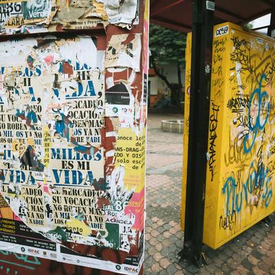 落書が酷いバス停(コロンビア)の写真