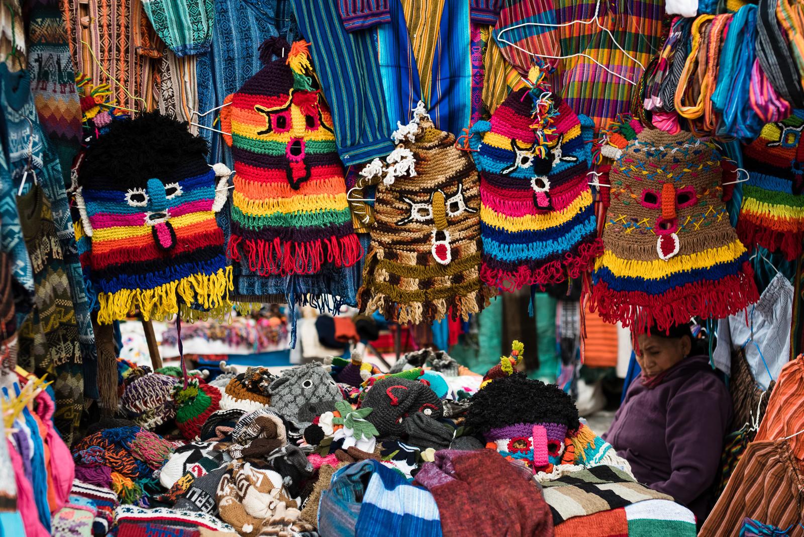 「民芸品市で売られている悪魔のマスク(エクアドル)」の写真