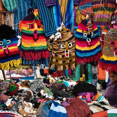 民芸品市で売られている悪魔のマスク(エクアドル)の写真