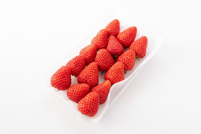 きれいに並べられた紅ほっぺ(苺)の中玉の写真
