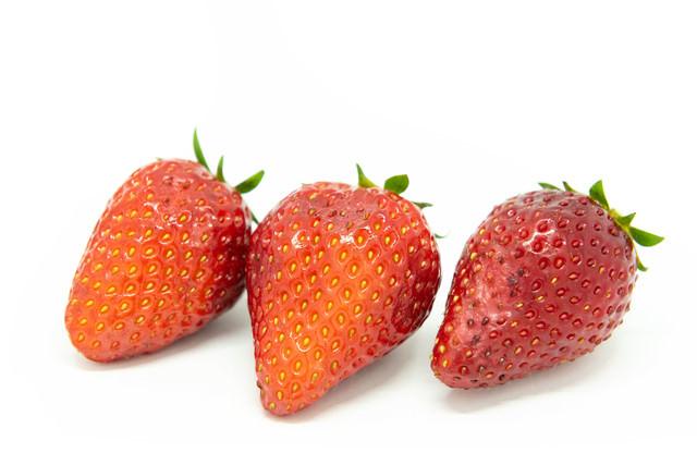 果皮が傷んだ果実(苺)の写真