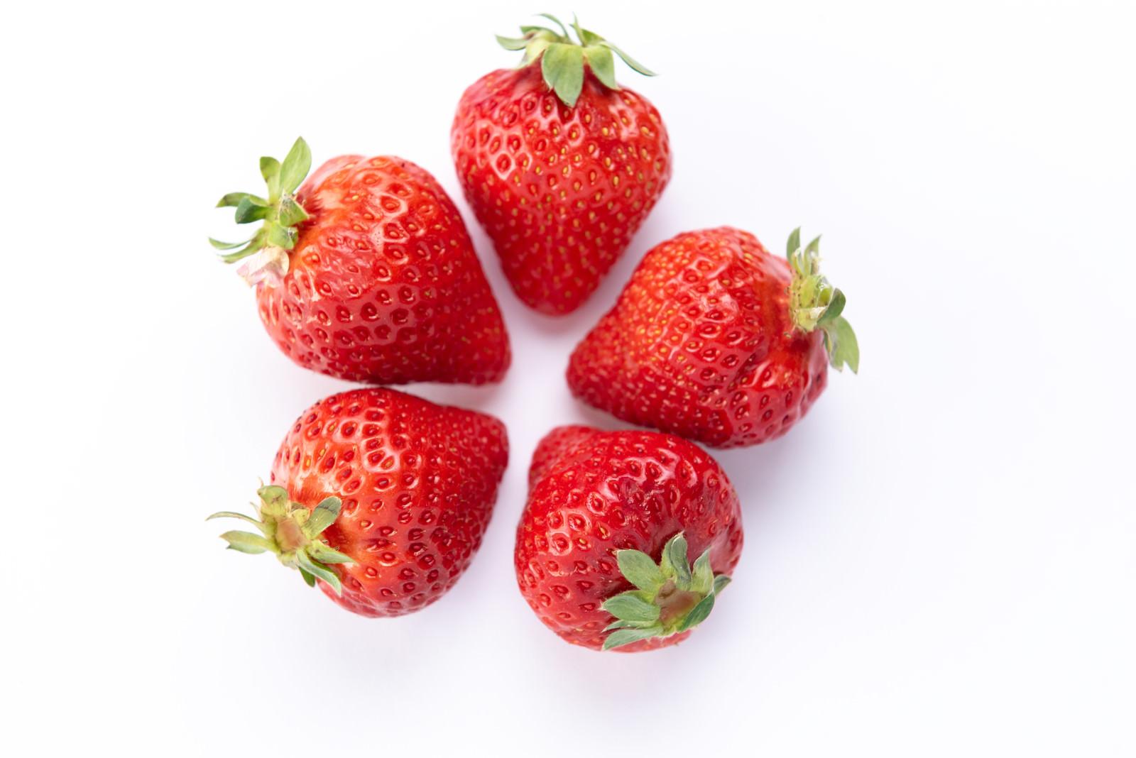 「中央に寄せて置かれた苺」の写真