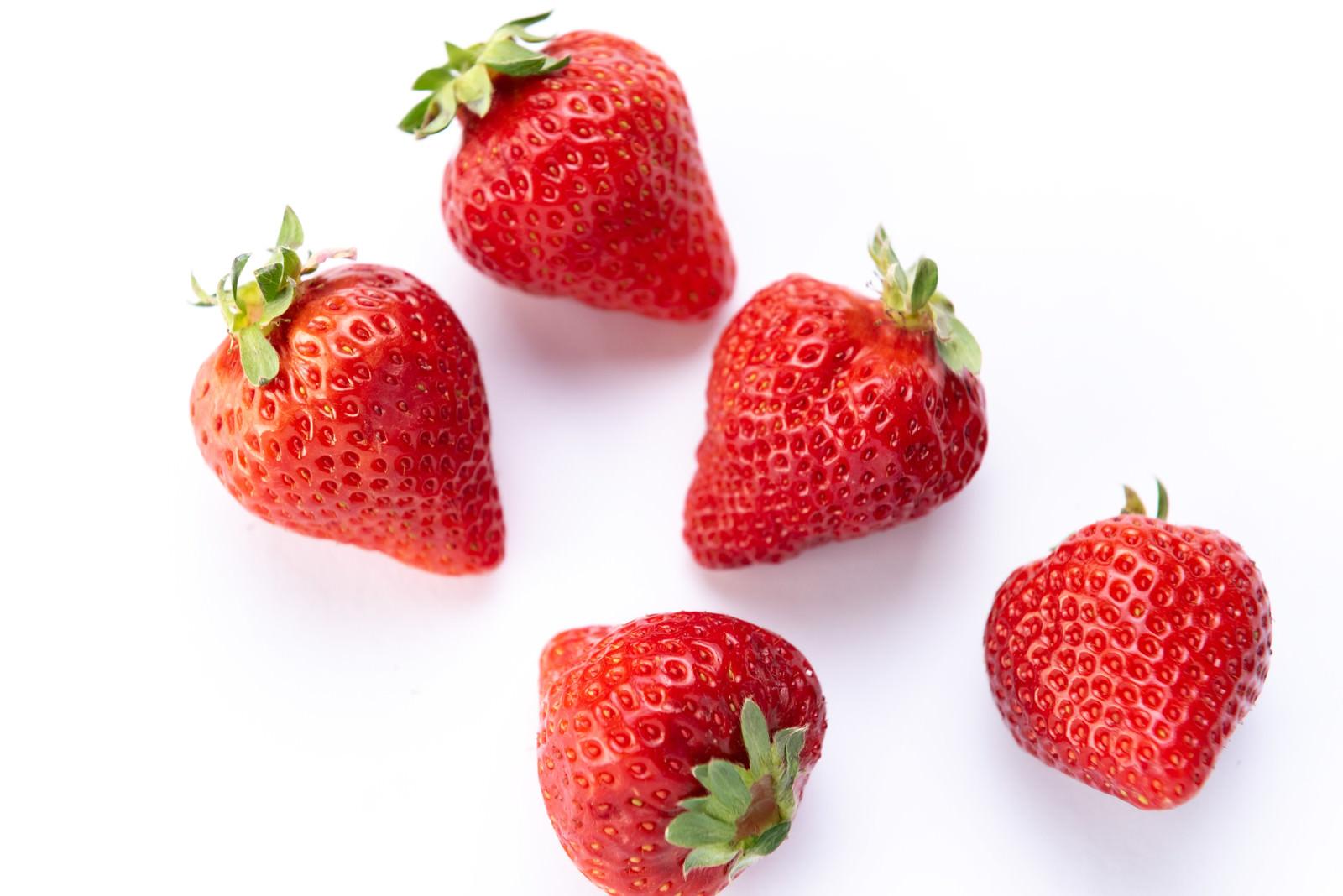 「無造作に置かれた整った形の苺」の写真