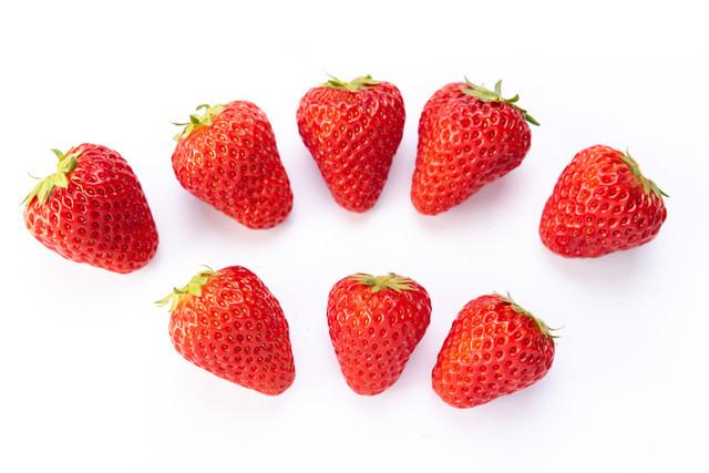 並べられた八個の苺の写真