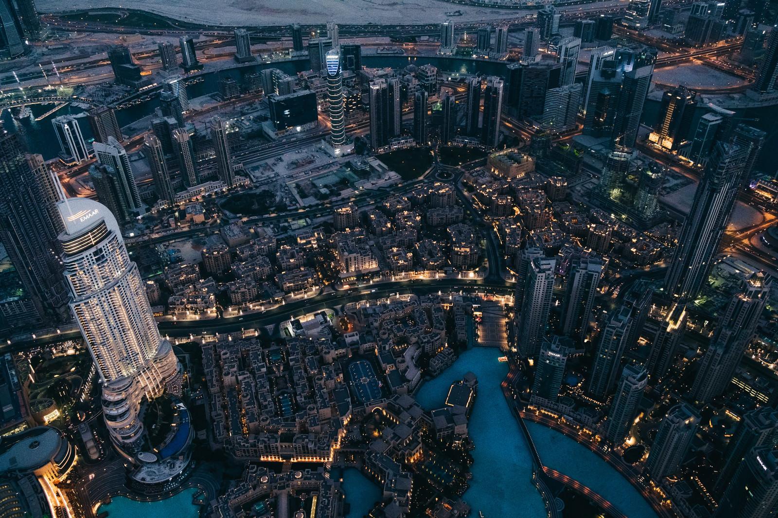 「超高層階から俯瞰したドバイの夜景」の写真