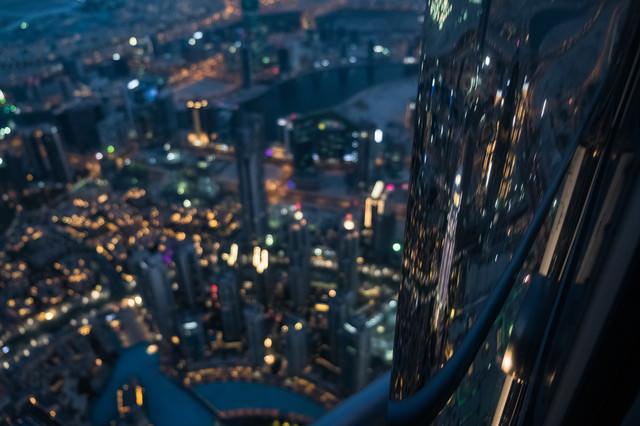 ビルの外壁に反射するドバイの夜景(超高層階から)の写真