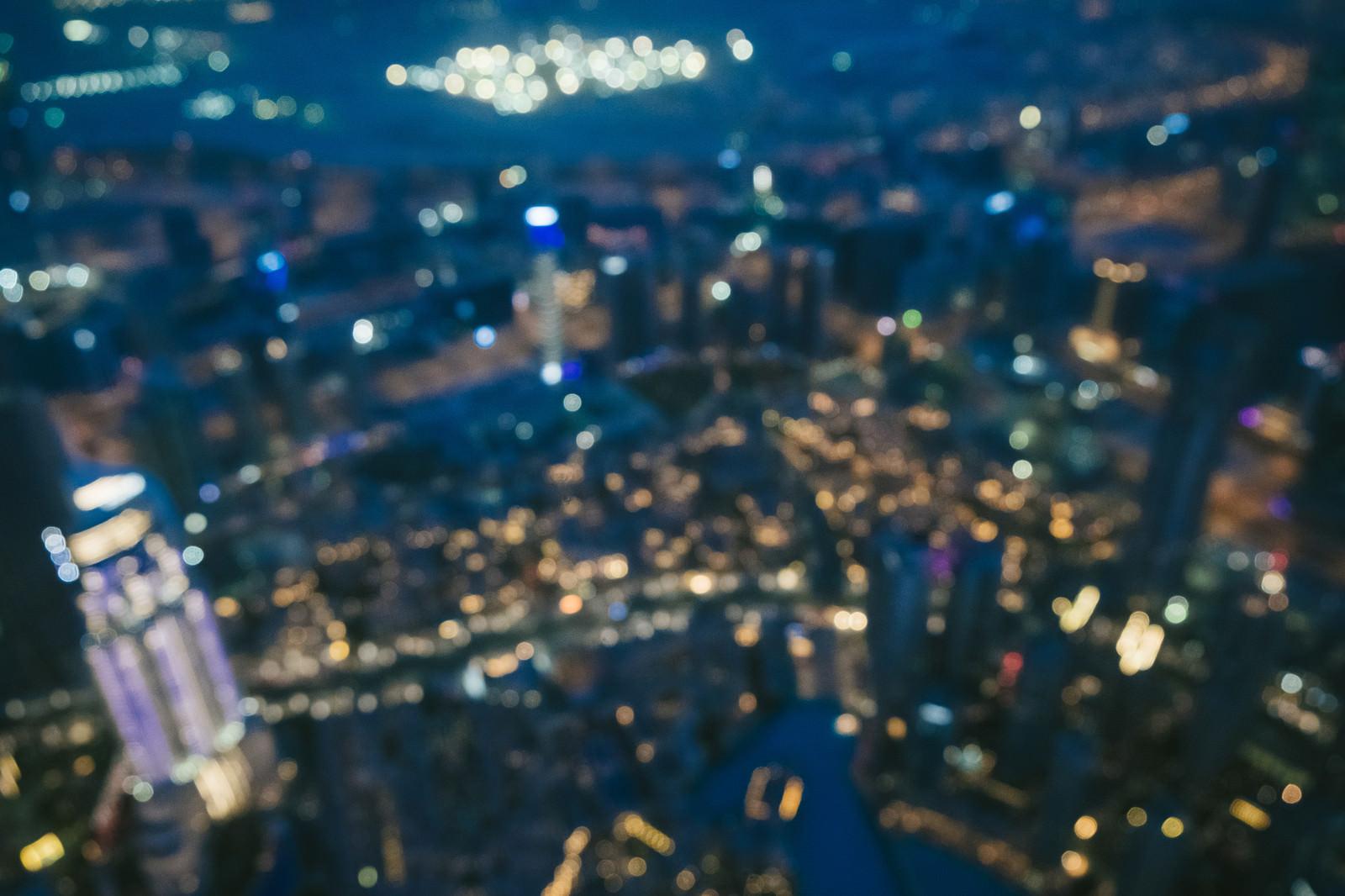 「高層ビルからのドバイの夜景(ボケ)」の写真
