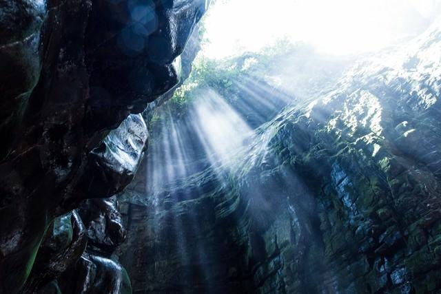 ベネズエラの洞窟と差し込む光の写真