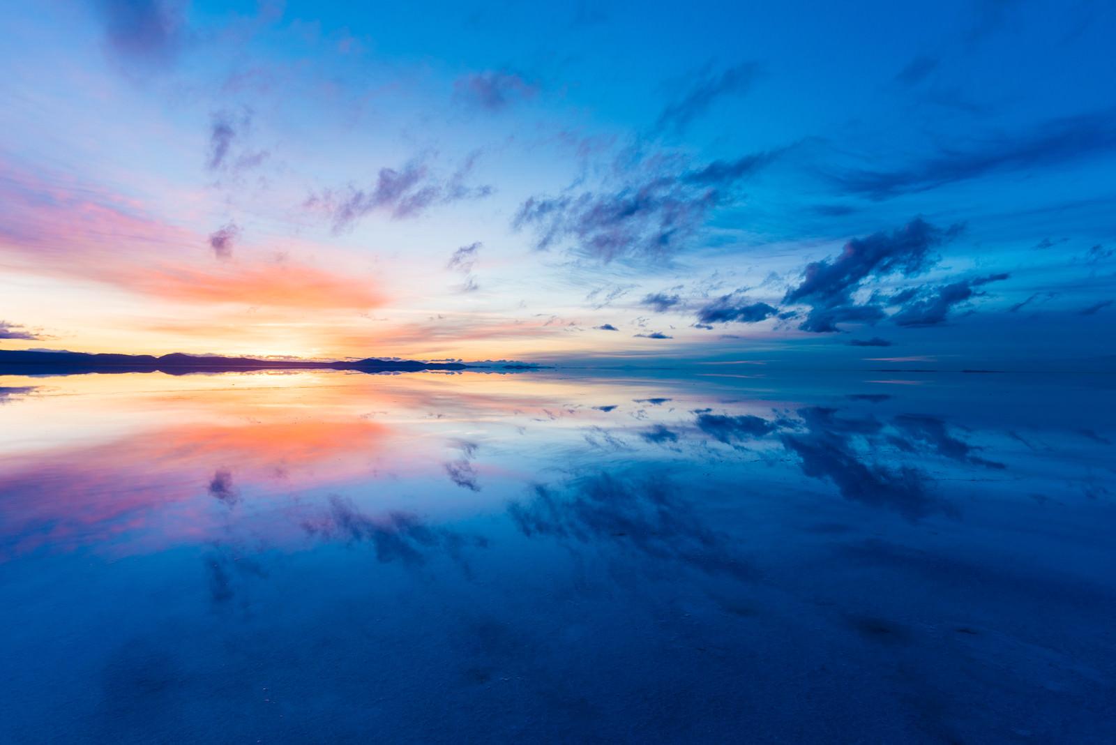「沈む夕日とグラデーションの夕焼け(ウユニ塩湖)沈む夕日とグラデーションの夕焼け(ウユニ塩湖)」のフリー写真素材を拡大