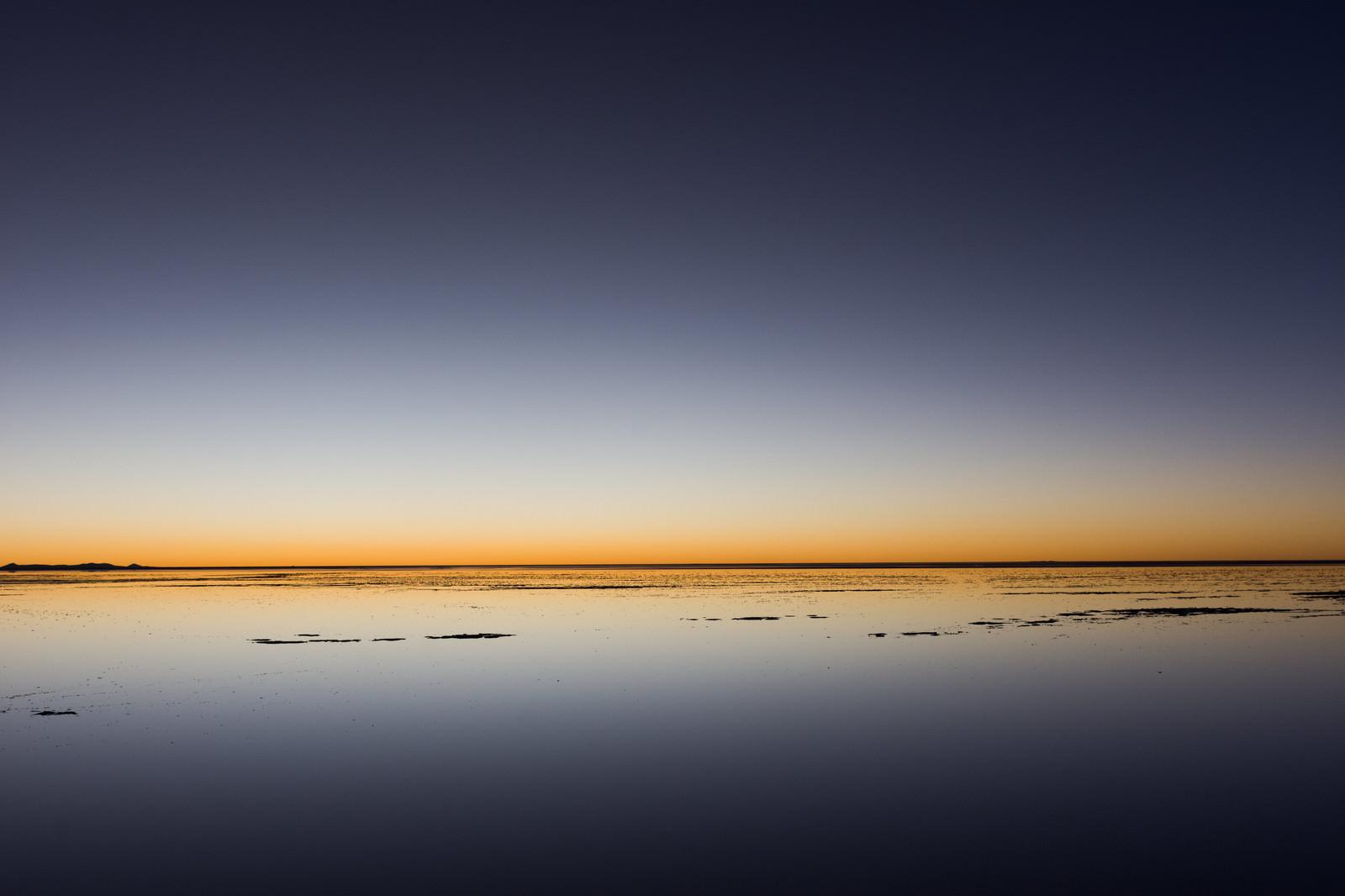 「ウユニ塩湖の日没(地平線)」の写真