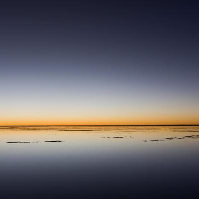「ウユニ塩湖の日没(地平線)」の写真素材
