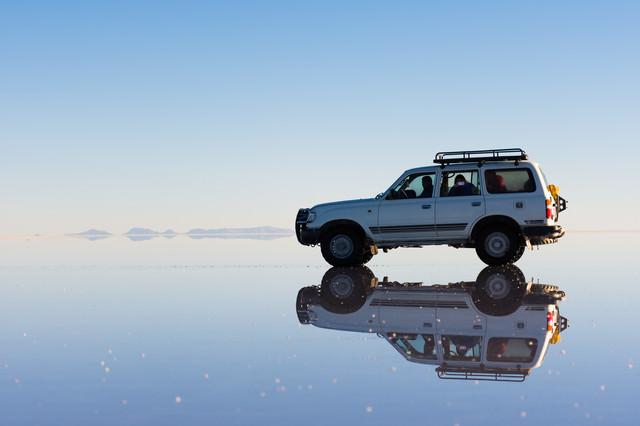 ウユニ塩湖上と車両の写真