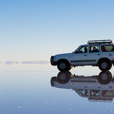 「ウユニ塩湖上と車両」の写真素材