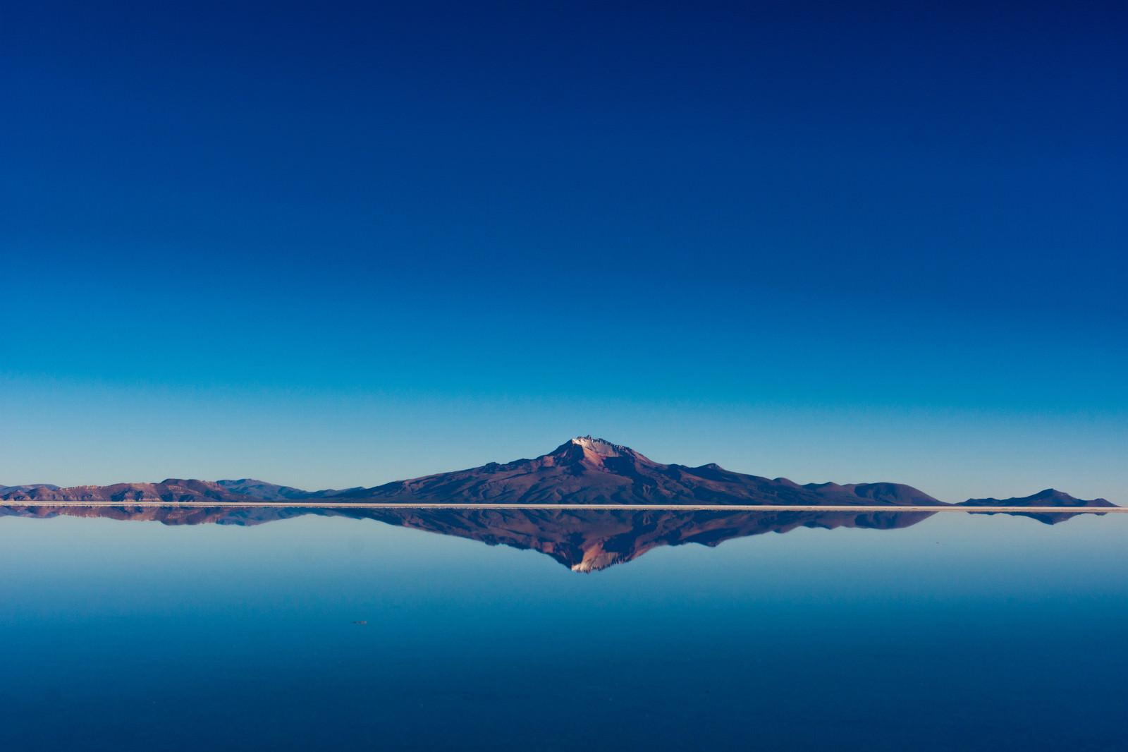 「鏡張りの山(ウユニ塩湖)」の写真