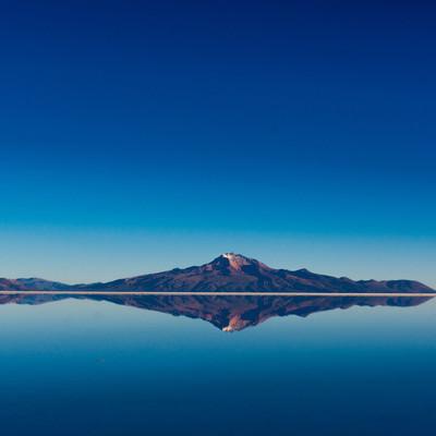 「鏡張りの山(ウユニ塩湖)」の写真素材