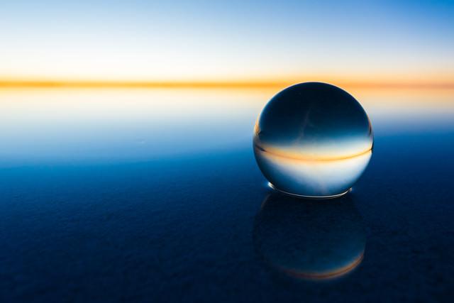 丸い水晶とウユニ塩湖の水平線の写真