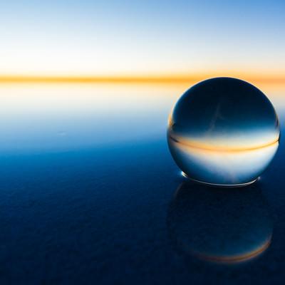「丸い水晶とウユニ塩湖の水平線」の写真素材