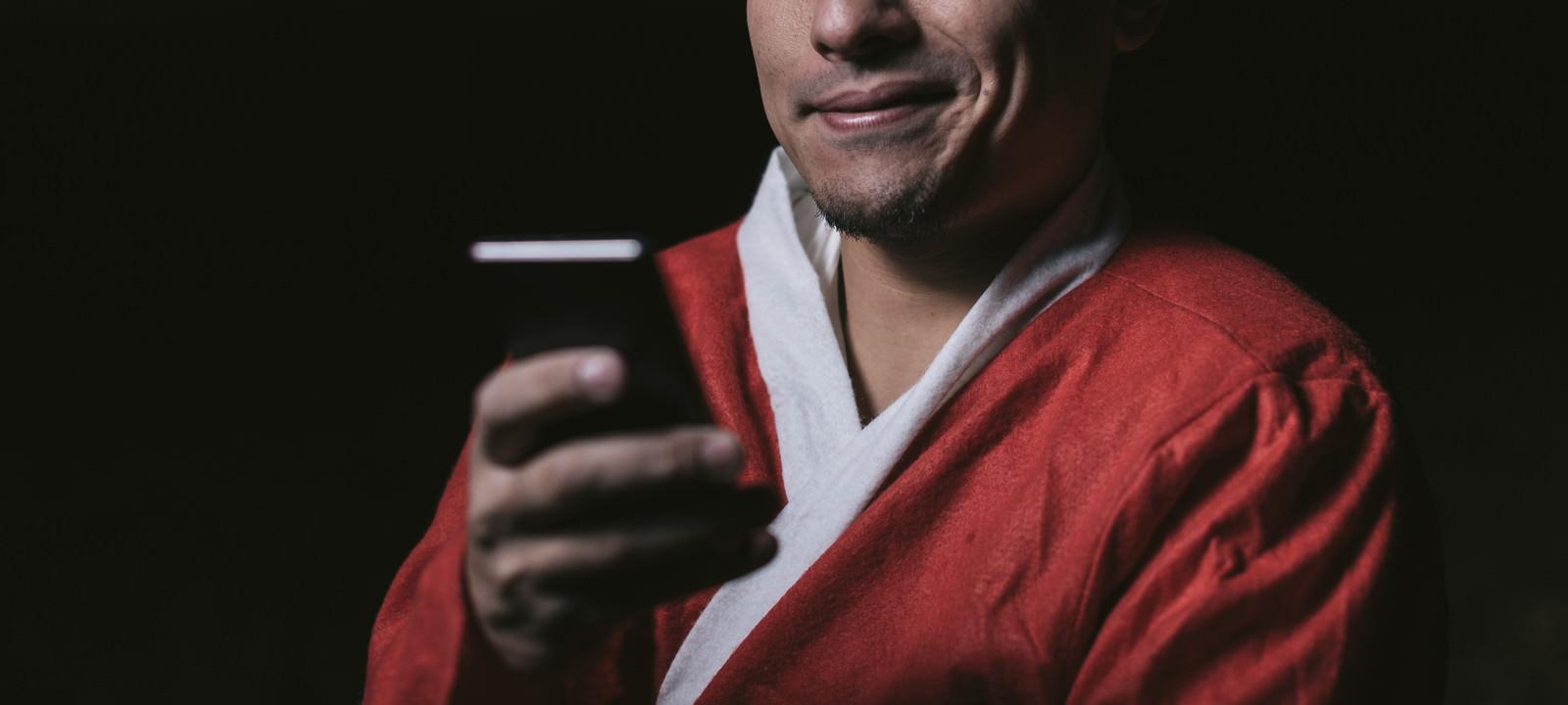 「サンタコスイベントを調べる独身男性」の写真