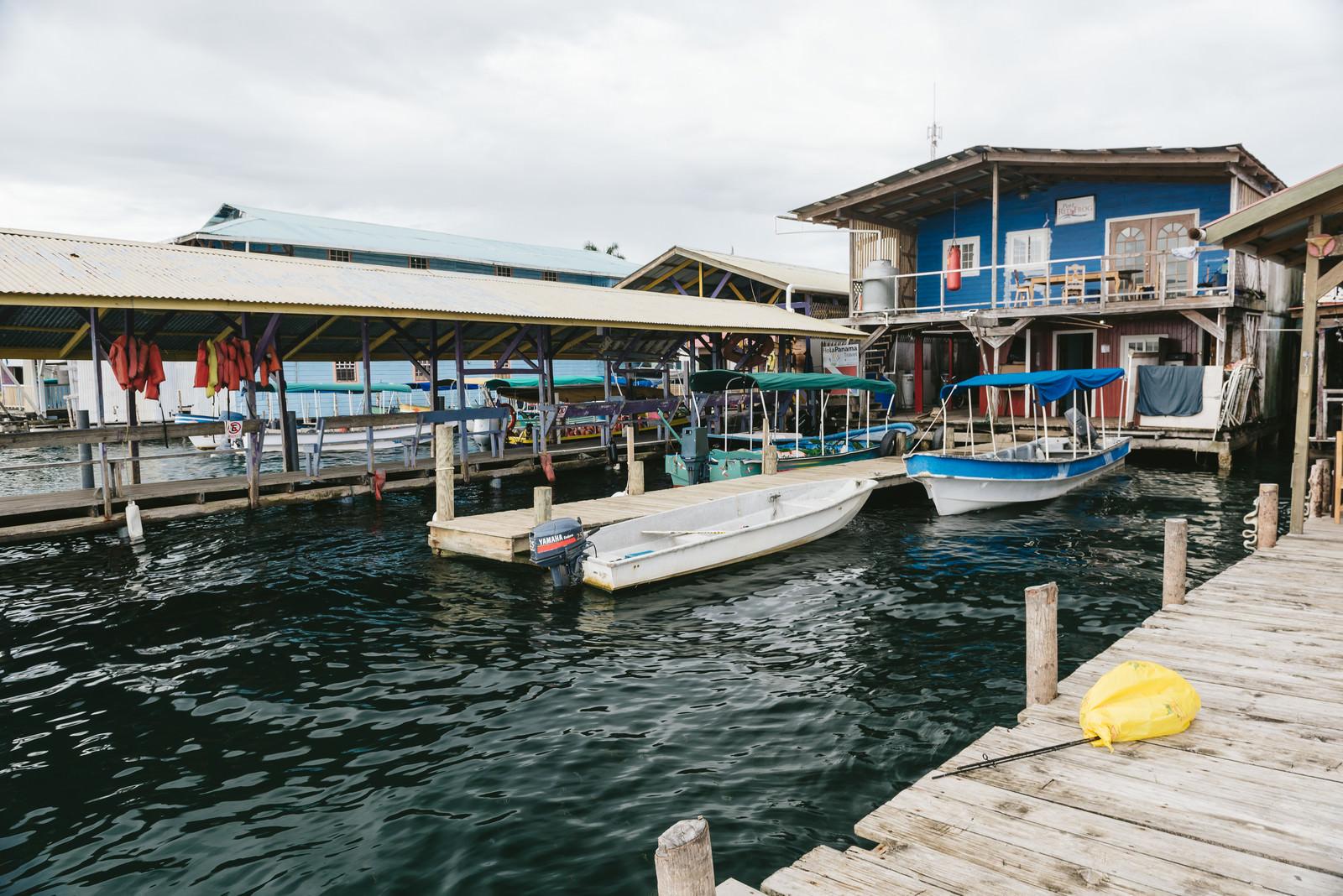 「ボートと海上の家(パナマ)」の写真