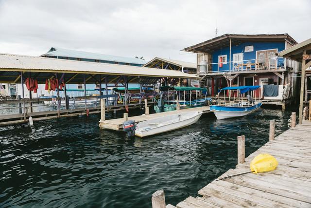 ボートと海上の家(パナマ)の写真