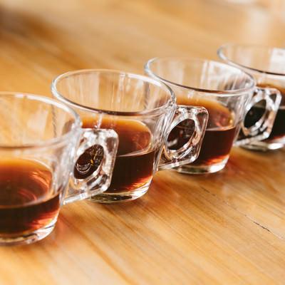 「並べられたグラスとティー」の写真素材