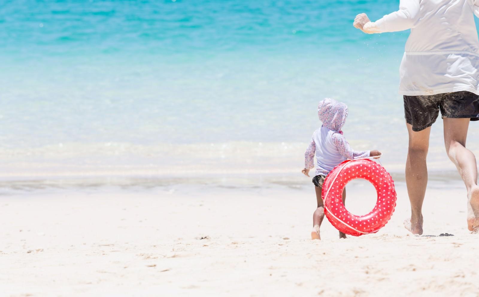 「美しい海で追いかけっこする親子美しい海で追いかけっこする親子」のフリー写真素材を拡大