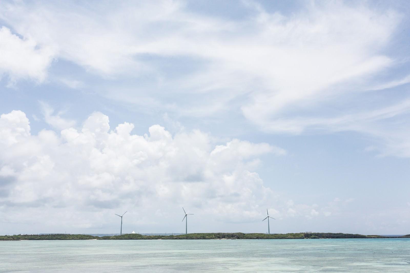 「透き通る海と風力発電」の写真