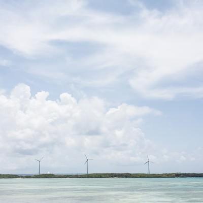 「透き通る海と風力発電」の写真素材
