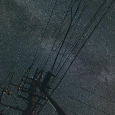 「電柱のシルエットと輝く星空」の写真素材
