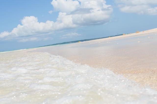 宮古島の前浜ビーチと波の写真