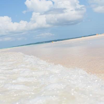 「宮古島の前浜ビーチと波」の写真素材