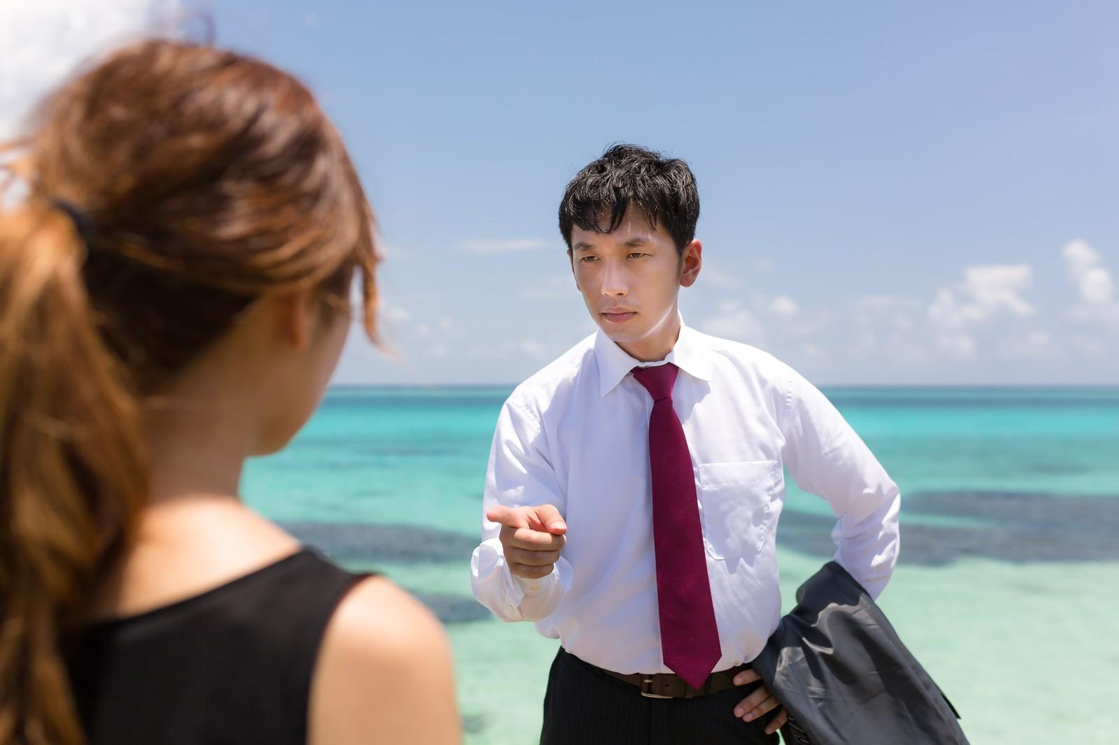 「南の島で、「犯人はお前だ!」と追い詰める刑事風の男性」の写真[モデル:大川竜弥]