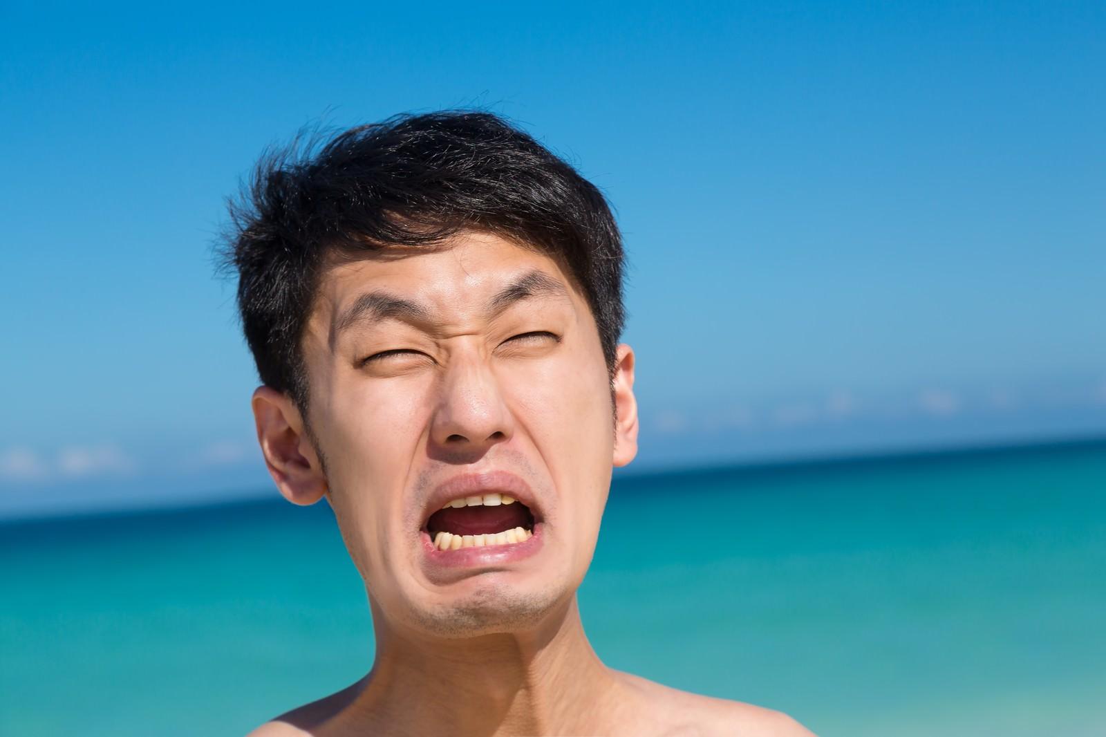 「海水浴客「やだーーーー!」海水浴客「やだーーーー!」」[モデル:大川竜弥]のフリー写真素材を拡大